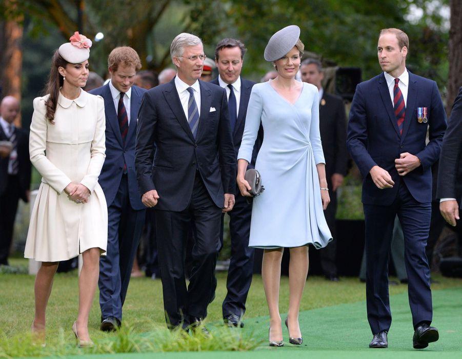 Kate et William en compagnie du couple royal belge, suivi du prince Harry et du Premier ministre David Cameron au cimetière militaire de Mons en Belgique, le 4 août 2014.