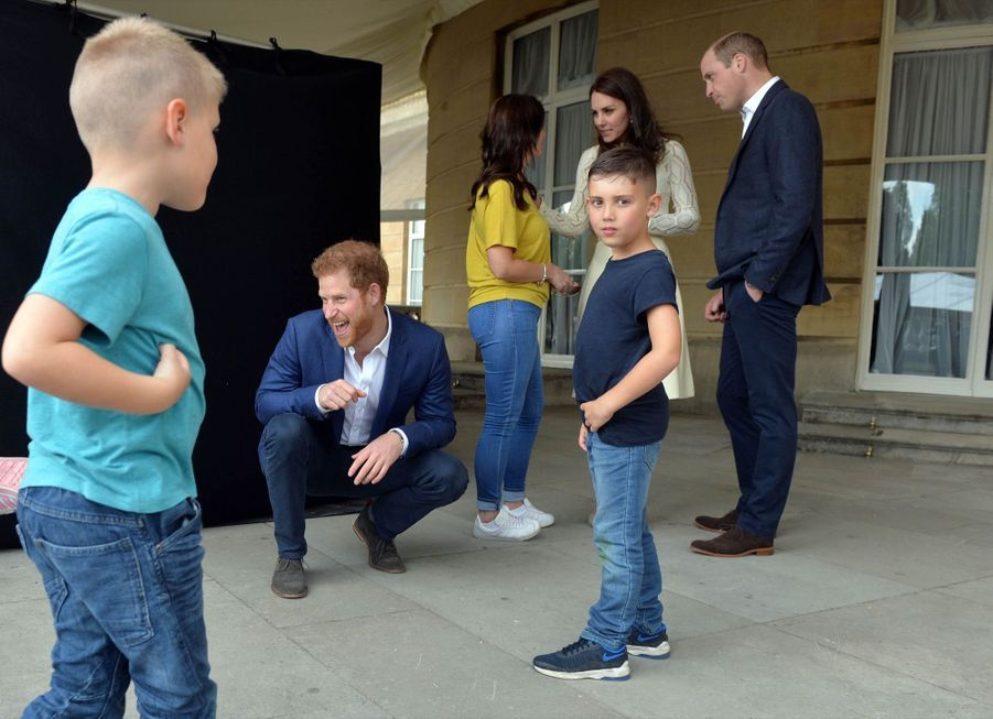 Kate, William et Harry lors d'une Garden Party pour les enfants des militaires britanniques décédés, à Buckingham palace le 14 mai 2017