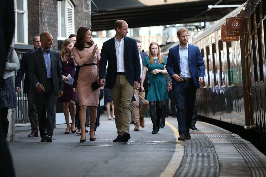 Kate, William et Harry en visite à la gare de Paddington, à Londres, le 16 octobre 2017