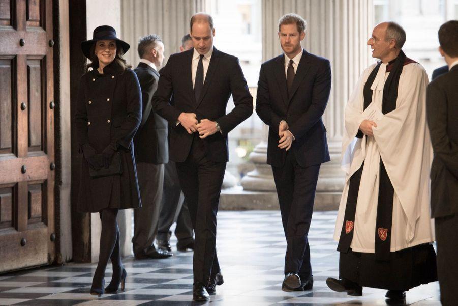 Kate, William et Harry lors d'une cérémonieen mémoiredes victimesde l'incendiede la tour Grenfell, à Londres, le 14 décembre 2017