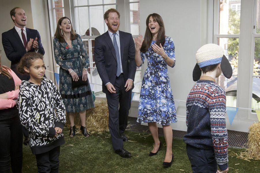 Kate, William et Harry lors d'une rencontre avec des enfants, organisé par l'oeuvre de charité des Bafta, à Londres, le 26 octobre 2015