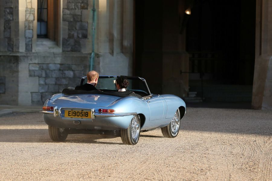 Le prince Harry et son épouse Meghan Markle quittent le château de Windsor à bord d'uneJaguar E-Type Zero. La plaqued'immatriculation E190518 correspond à la date du mariage.