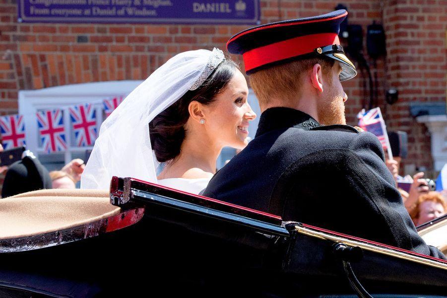Le prince Harry et Meghan Markle paradent en calèche.