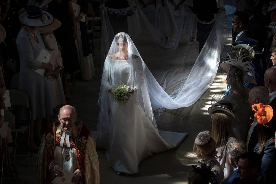 Meghan Markle entre dansla chapelle St George du château de Windsor, où l'attendent son futur époux le prince Harry et les invités.