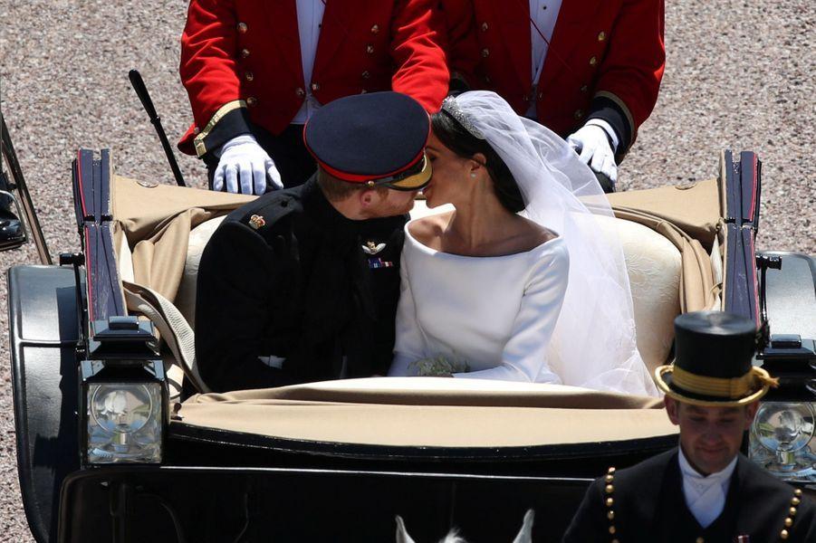 Après le baiser à la sortie de la chapelle, le baiser des jeunes mariés en calèche.