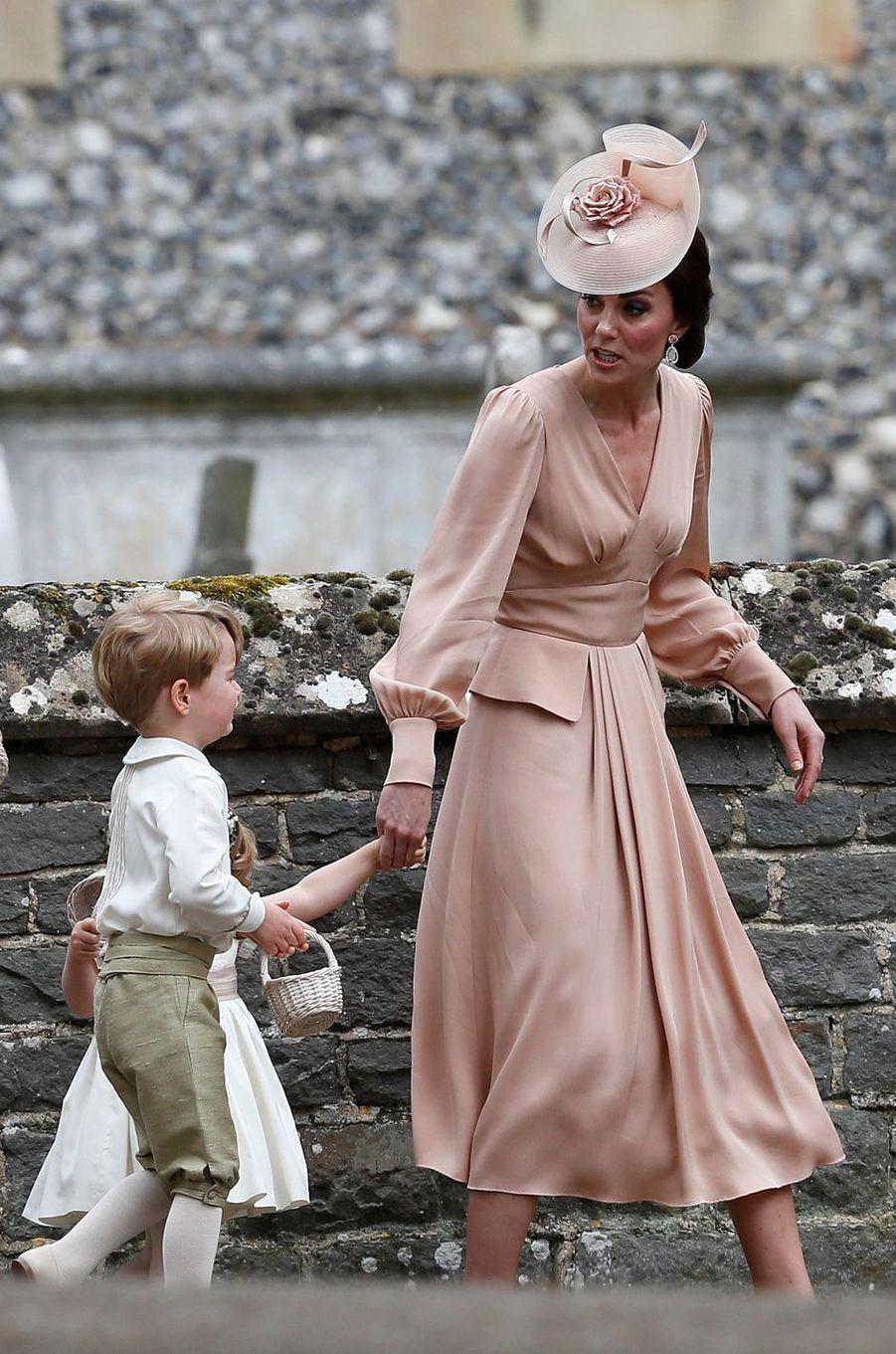 La duchesse Catherine de Cambridge en Alexander McQueen au mariage de sa soeur Pippa Middleton à Englefield, le 20 mai 2017