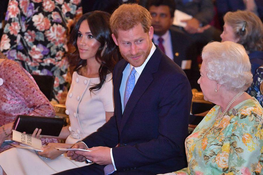 Harry et Meghan avec la reine Elizabeth IIà la cérémonie «Queen's Young Leaders Awards» en juin 2018