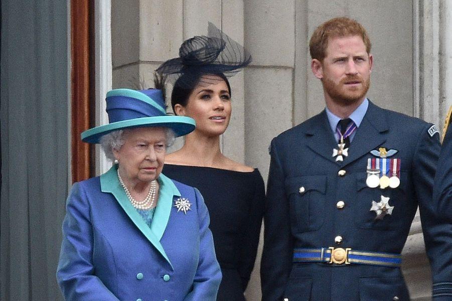 Harry et Meghan avec la reine Elizabeth II lors de la parade aérienne de la Royal Air Force en juillet 2018