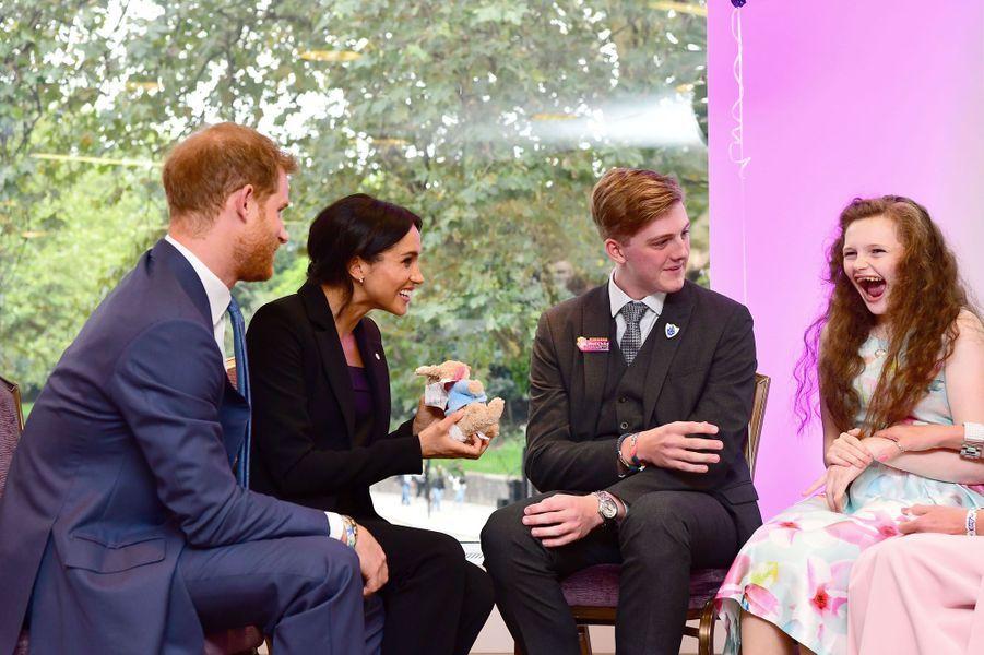 Le prince et son épouse la duchesse de Sussex ont rencontré la jeune fille de sept ans lors des WellChild Awards, remis mardi 4 septembre au Royal Lancaster Hotel de Londres, et célébrant la bravoure des enfants souffrants des maladies les plus graves, et des personnes qui prennent soin d'eux.