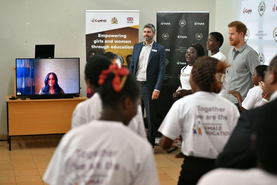 Meghan Markle apparaît en visioconférence lors de la visite du prince Harry dans une université pour filles àLilongwe, au Malawi, le 29 septembre 2019