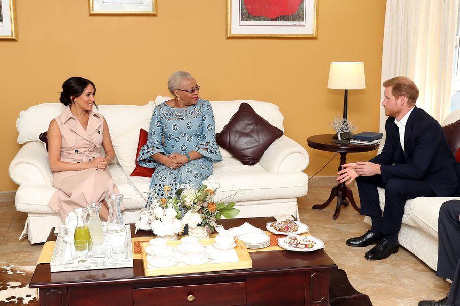 Meghan et Harry rencontrent Graça Machel, la veuve de Nelson Mandela, à Johannesburg, le 2 octobre 2019