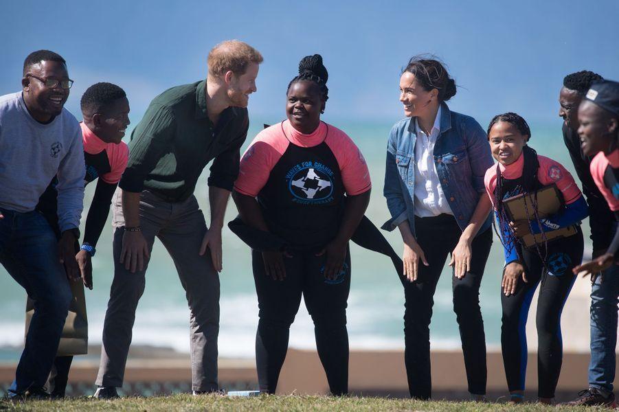 Meghan et Harryvisitent l'ONG Waves for Change, à Monwabisi Beach, au Cap le 24 septembre 2019