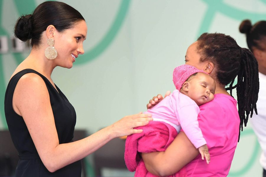 Meghan visite mothers2mothers, association luttant contre le sida et employant des femmes vivant avec le VIH, au Cap le 25 septembre 2019