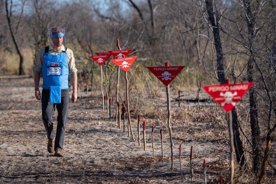 Harrytraverse un champ de mines à Dirico, en Angola, lors d'une visite pour découvrir le travail de l'association Halo Trust, qui oeuvre pour le déminage, le 27 septembre 2019