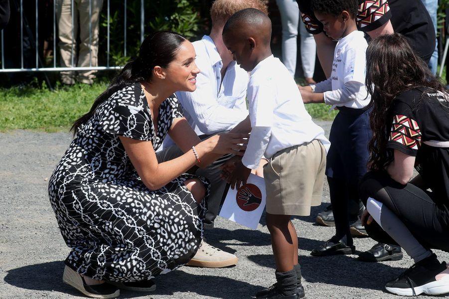 Le prince Harry et Meghan Markle entament leur première journée de voyage en Afrique du Sud lors d'une visite àNyanga au Cap le 23 septembre 2019
