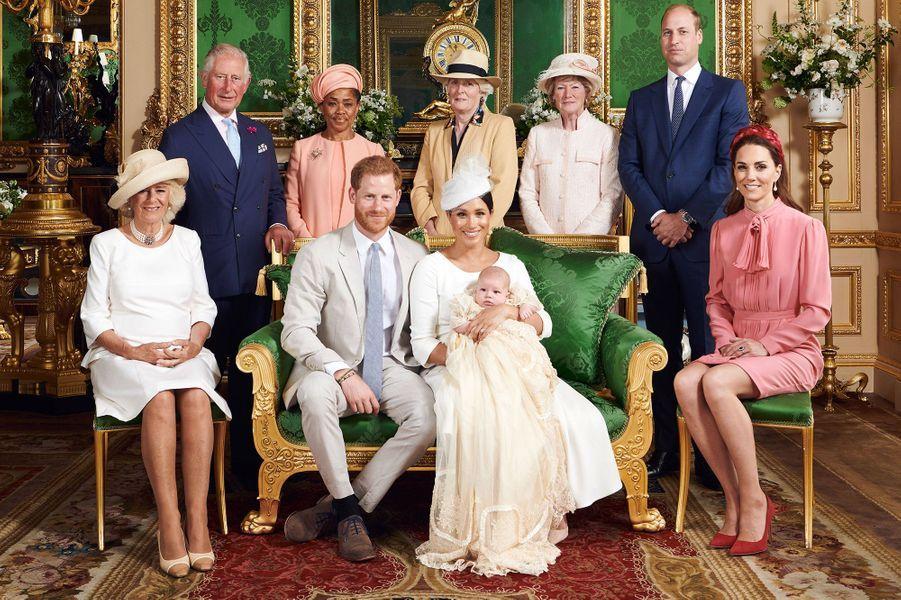 Photo officielle avec les membres de la famille royale pour le baptême d'Archie le 6 juillet 2019 dans la chapelle du château de Windsor.