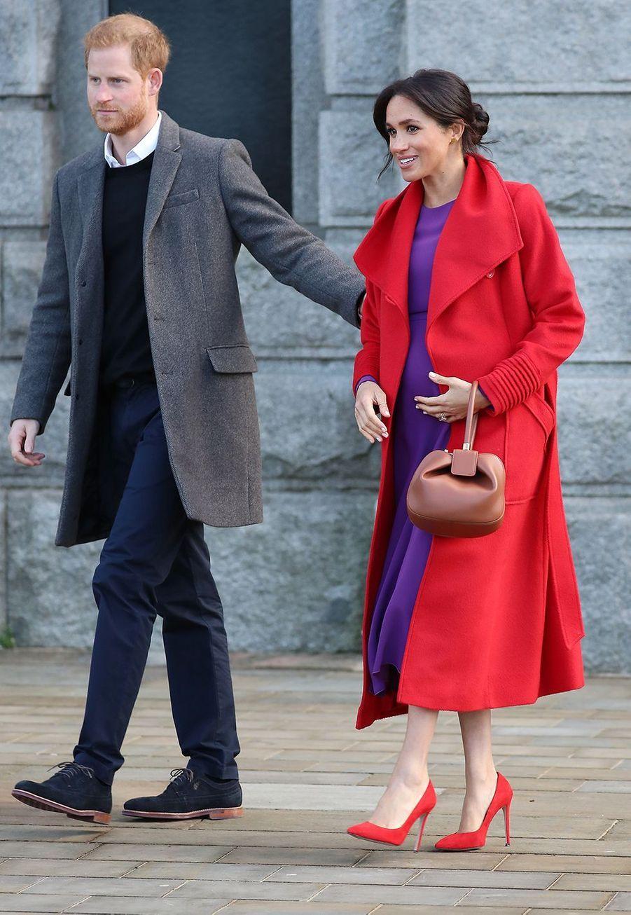 Meghan Markle dévoile son baby bump avec le prince Harry lors de leur visite à Birkenhead le 14 janvier 2019.
