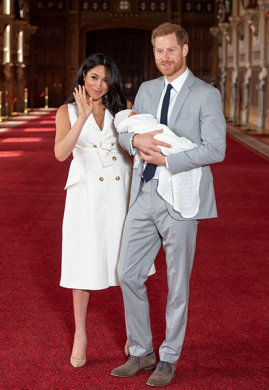 Meghan Markle et le prince Harry présentent leur fils Archie pour la première fois dans le château de Windsor le 8 mai 2019.