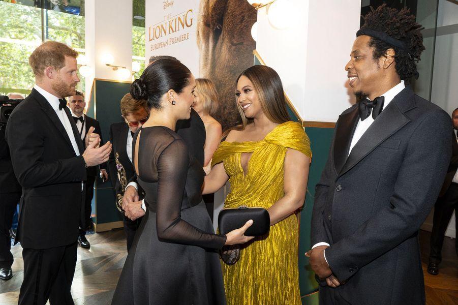 """Meghan Markle et le prince Harry rencontrent Beyoncé et Jay-Z alors qu'ils se rendent à la première du film """"Le Roi Lion"""" à Londres le 14 juillet 2019."""