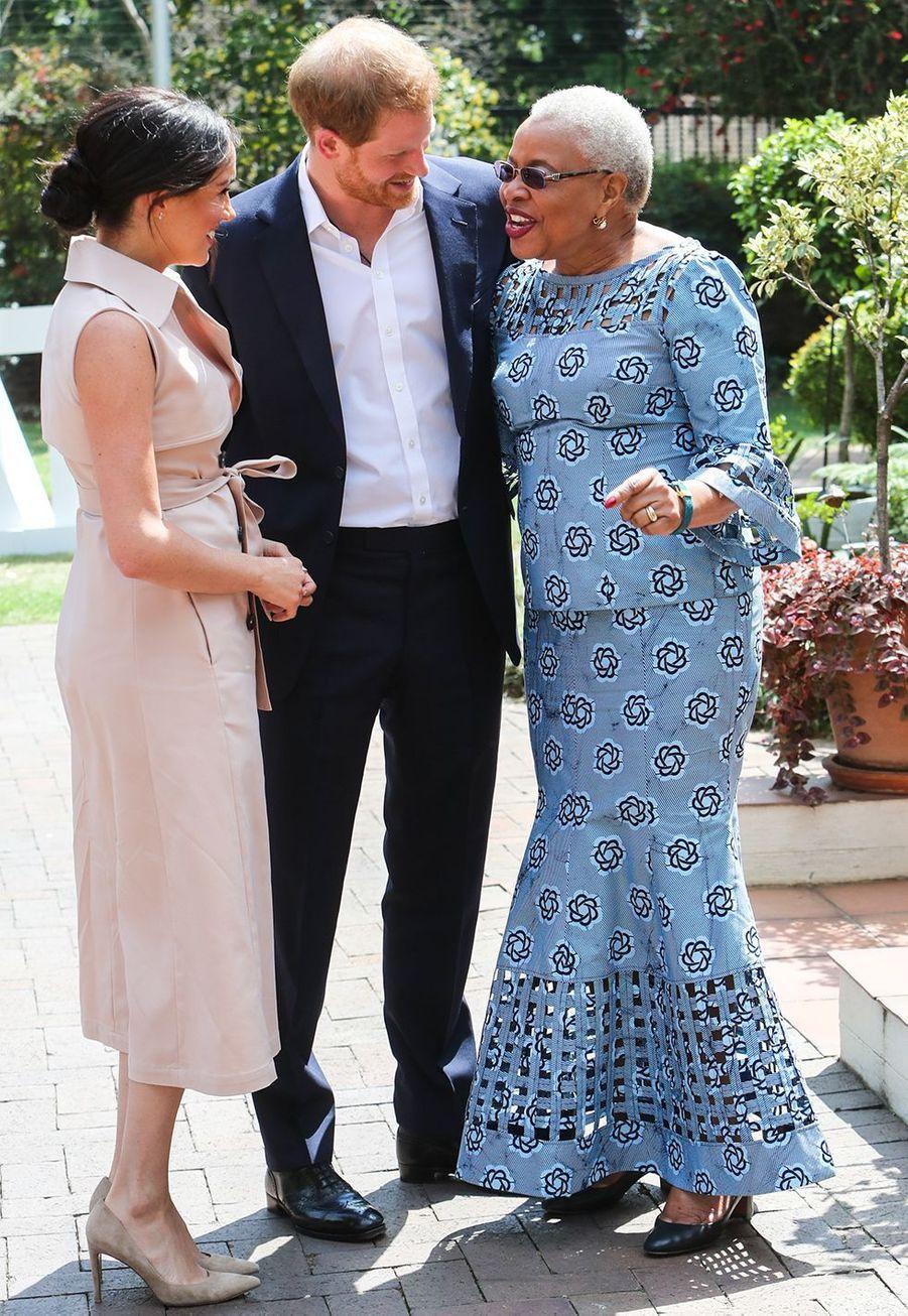 Meghan Markle, le prince Harry rencontrent la veuve de Nelson Mandela, Graca Machel, àJohannesburg le 2 octobre 2019 lors de leur voyage officiel en Afrique du Sud.