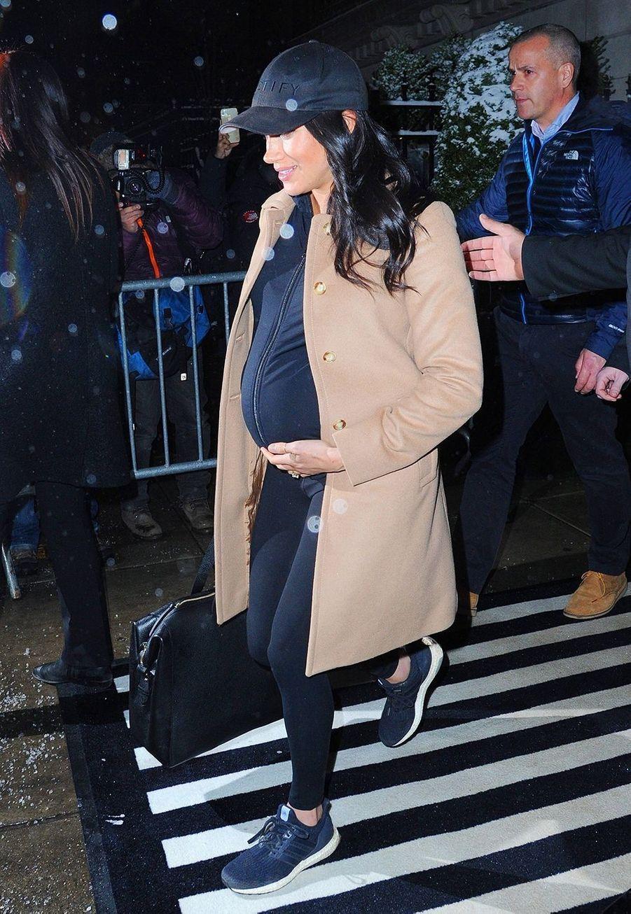 Meghan Markle enceinte à la sortie de son hôtel à New York pour célébrer sa baby shower avec ses amis proches le 20 février 2019.