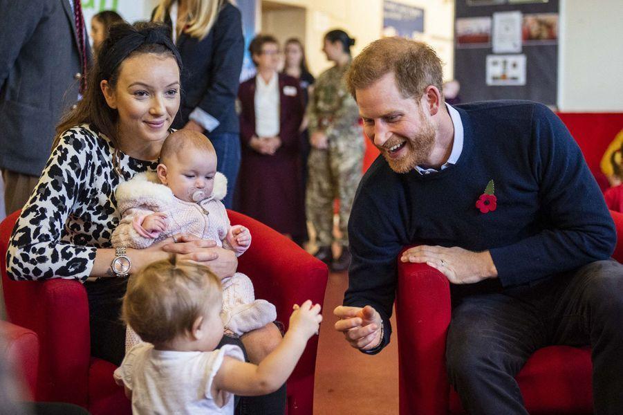 Meghan Markle et le prince Harry rendent visite à des familles de militaires à Windsor le 6 novembre 2019