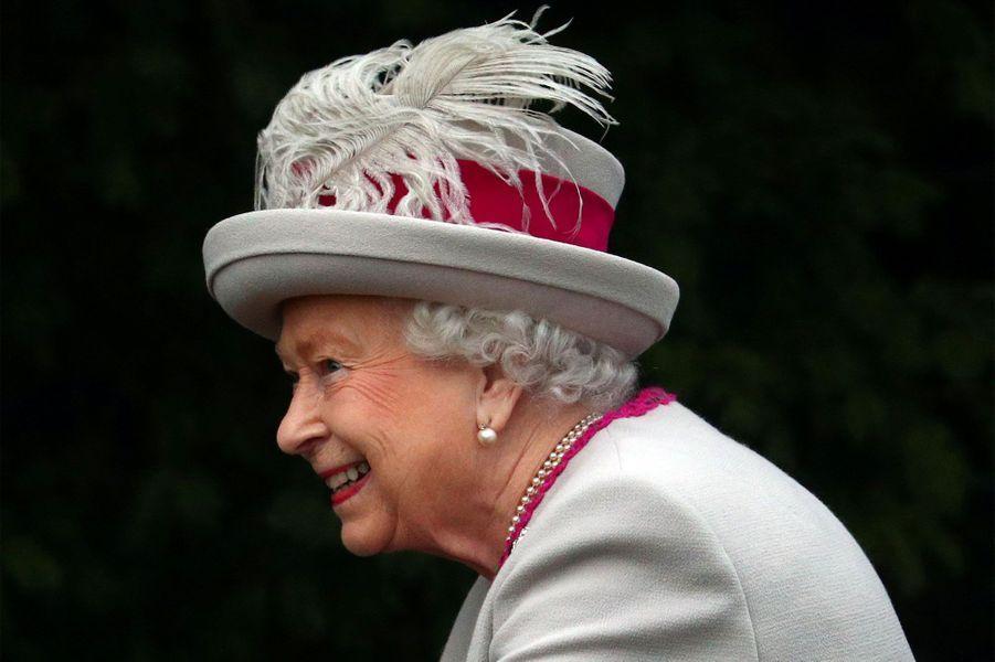 La reine Elizabeth II arrive à la messe.