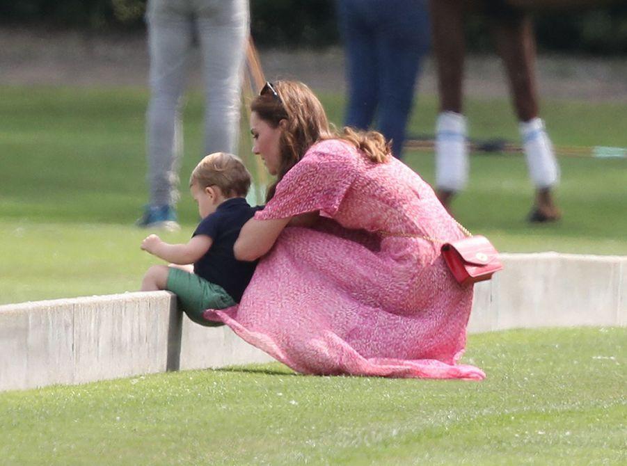 Kate Middleton et son fils Louis de Cambridgeau King Power Charity Polo Day à Wokingham (Berkshire) le 10 juillet 2019