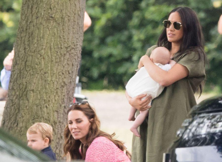 Meghan Markle et son fils Archie, Kate Middleton et son fils Louisau King Power Charity Polo Day à Wokingham (Berkshire) le 10 juillet 2019