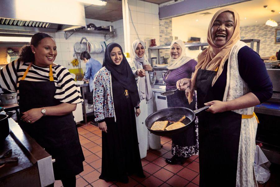 """""""Je me suis immédiatement sentie connectée à cette cuisine communautaire; c'est un endroit où les femmes peuvent rire, faire leur deuil, pleurer et cuisiner ensemble"""", écrit Meghan Markle dans la préface de l'ouvrage à paraître cette semaine."""