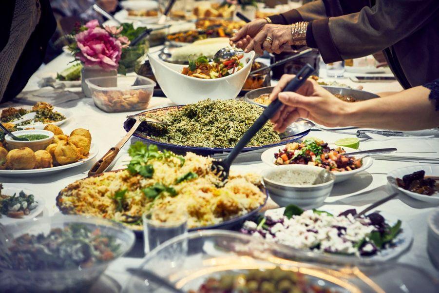 """""""Together: Our Community Cookbook"""" détaille une cinquantaine de recettes partagées par des femmes dont les communautés ont été affectées par l'incendiede la Tour Grenfell de Londres,le 14 juin 2017."""