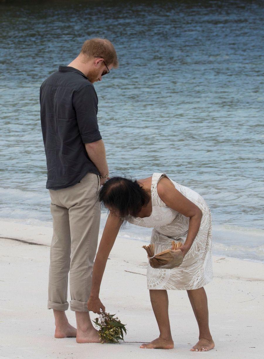 Le Prince Harry À La Rencontre D'une Communauté Aborigène En Australie ( 1