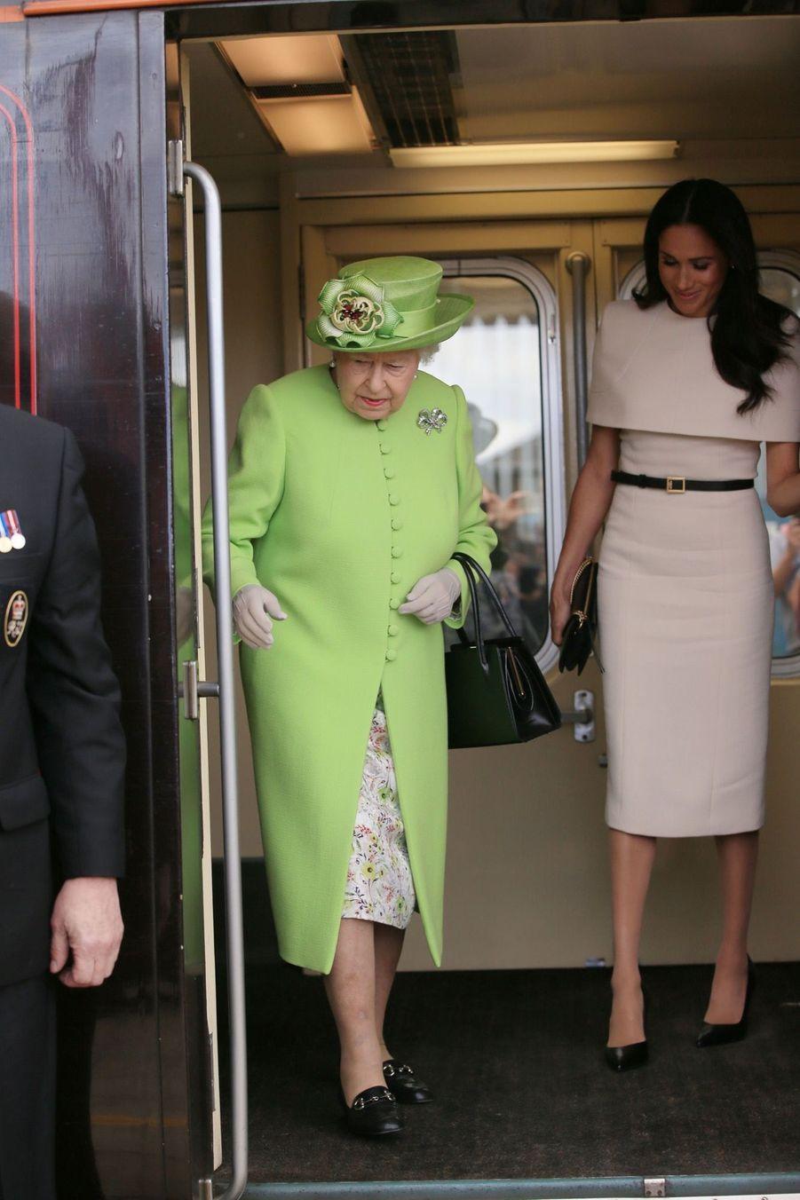 Meghan Markle Et La Reine Elizabeth II En Viste Dans Le Nord De L'Angleterre ( 2