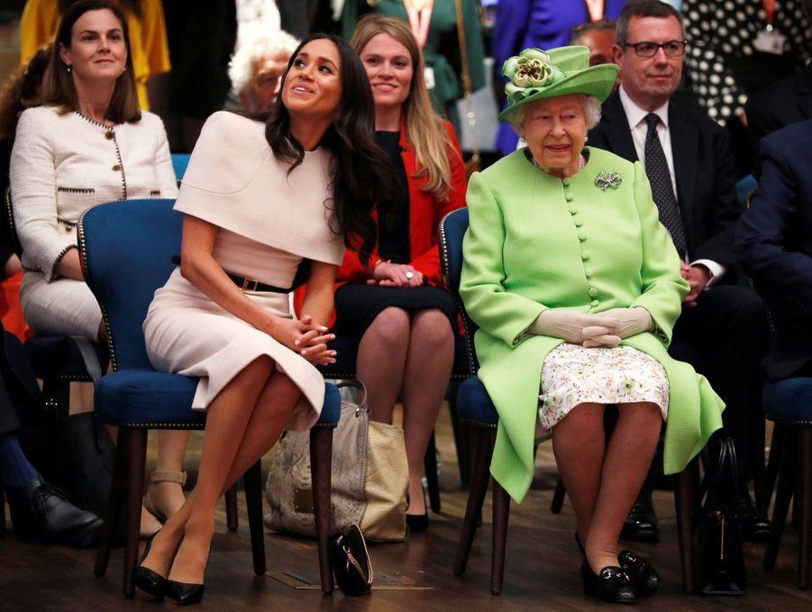 Meghan Markle Et La Reine Elizabeth II En Viste Dans Le Nord De L'Angleterre ( 22