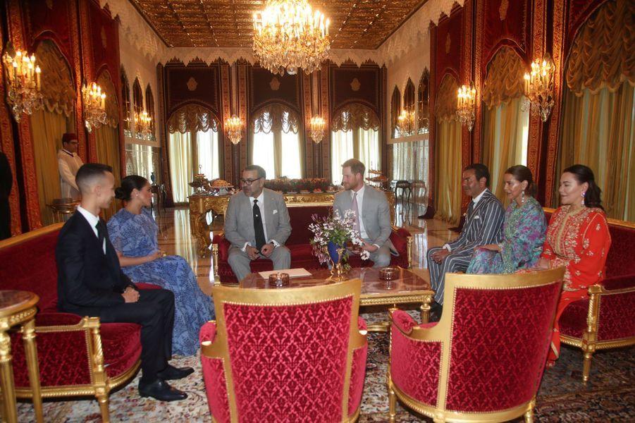 Le duc et la duchesse du Sussex ont ensuite pris le thé dans une salle de réception en compagnie des soeurs du roi, Lalla Hasna et Lalla Meryem.