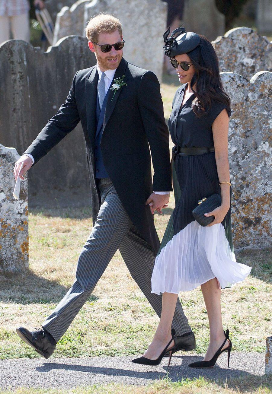 Le prince Harry et Meghan Markle lors du mariage de Charlie Van Straubenzee et Daisy Jenks à l'église St. Mary the Virgin à Frensham (Angleterre), le 4 août 2018.