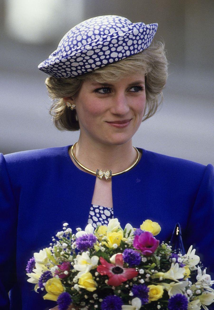 La princesse Diana portant les boucles d'oreille en mai 1986 lors d'un voyage officiel au Canada