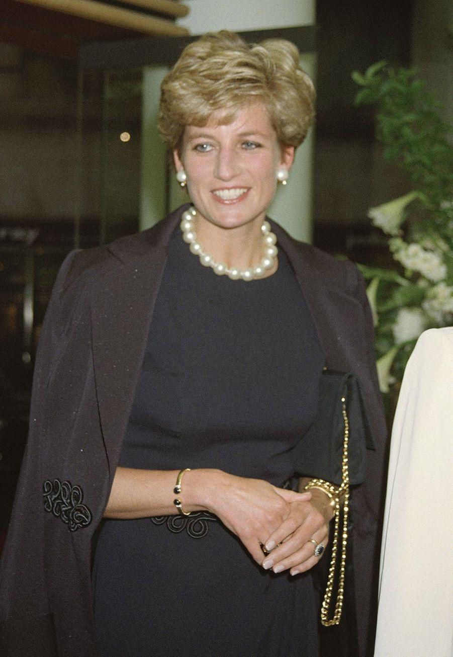 La princesse Diana portant le bracelet en or orné de deux saphirs en 1994 lors d'une visite à Mayfair