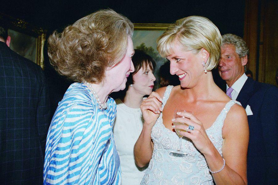 La princesse Diana (et sa belle-mère Raine Spencer) portant sa bague topaze en 1997 lors d'un événement caritatif