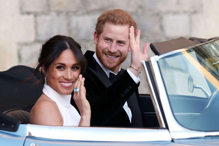 Meghan Markle portant la bague topaze de Diana lors de la réception de son mariage avec le prince Harry en mai 2018