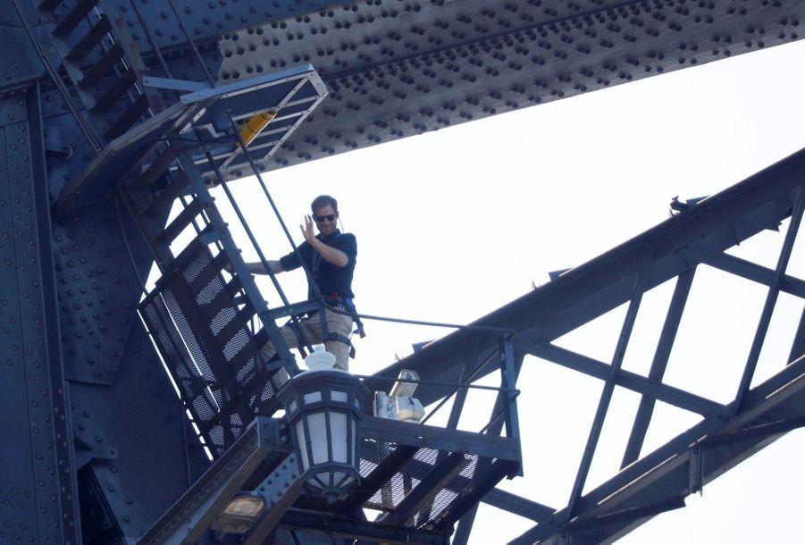 Le Prince Harry Escalade Le Sydney Harbour Bridge Pour Hisser Au Sommet Le Drapeau Des Invictus Games ( 1