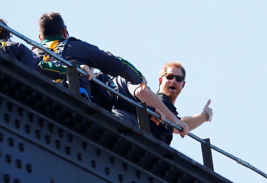 Le Prince Harry Escalade Le Sydney Harbour Bridge Pour Hisser Au Sommet Le Drapeau Des Invictus Games ( 2