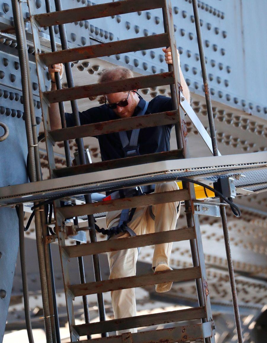 Le Prince Harry Escalade Le Sydney Harbour Bridge Pour Hisser Au Sommet Le Drapeau Des Invictus Games ( 3