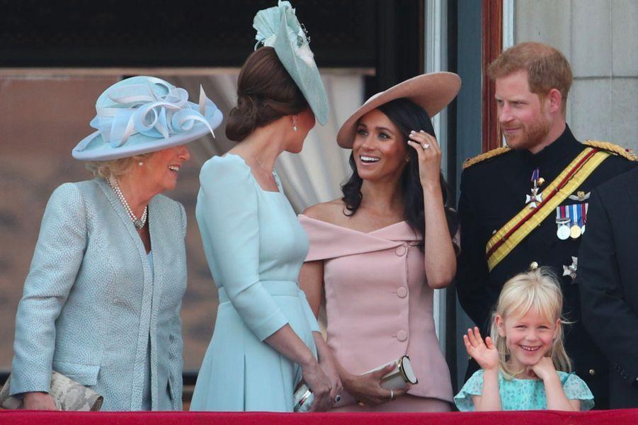 Meghan Markle et le prince Harry avec Camilla Parker Bowles et Kate Middleton sur le balcon de Buckingham