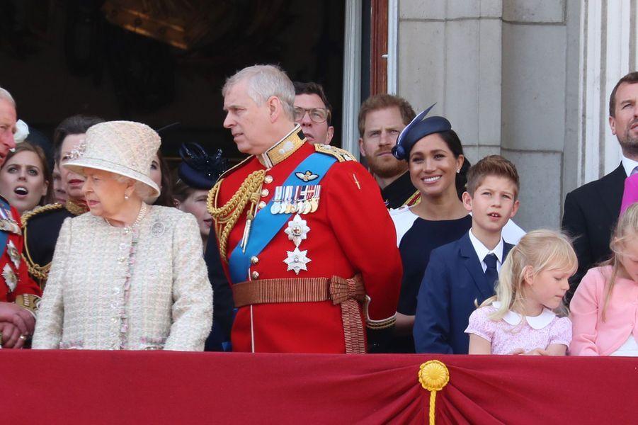Meghan Markle et le prince Harry entourés de la famille royale britannique lors du Trooping the Colour au palais de Buckingham le 8 juin 2019