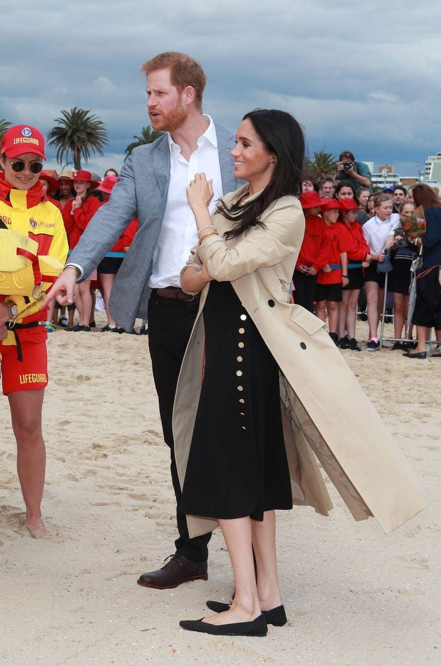 Meghan Markle, dans une robe Club Monaco sous un imper Martin Grant, en Australie le 18 octobre 2018