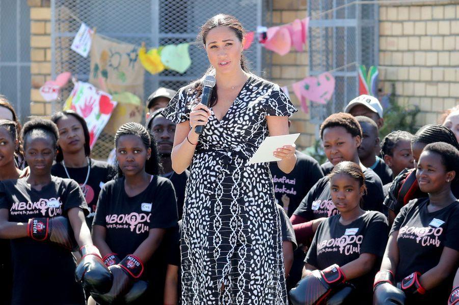 Meghan Markle prononce un discours lors de sa visiteau township de Nyanga au Cap en Afrique du Sud le 23 septembre 2019