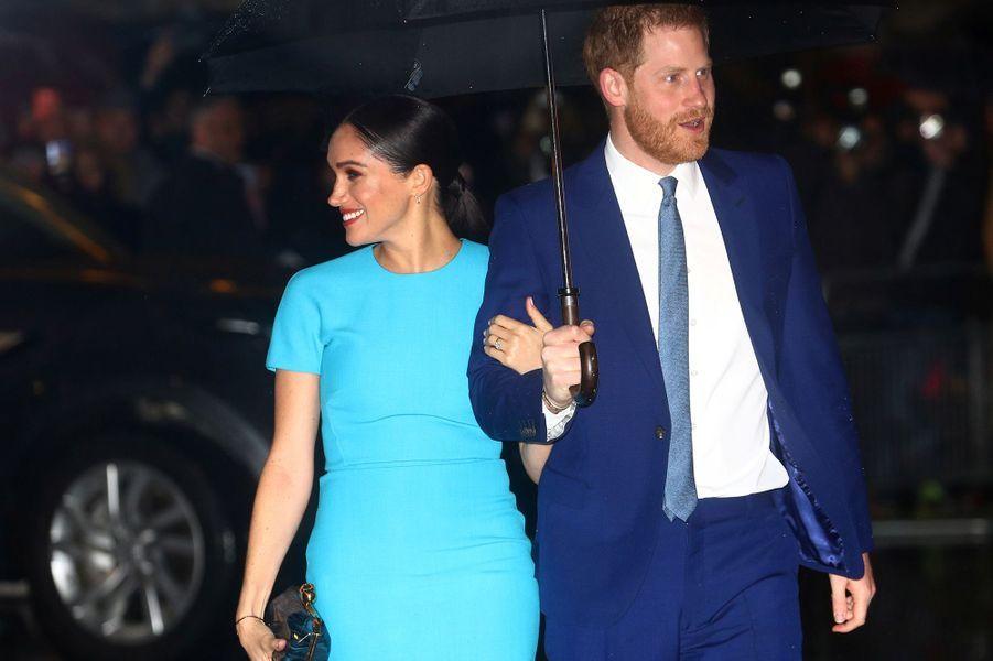 Meghan Markle,dans une robe bleue signée Victoria Beckham, et le prince Harry arrivent auxEndeavour Fund Awards à Londres le 5 mars 2020.