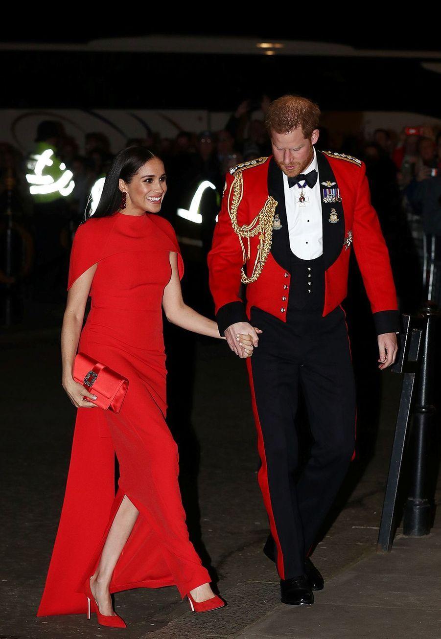 Meghan Markle, dans une robe rouge grifféeSafiyaa,et le prince Harry arriventMountbatten Festival of Music au Royal Albert Hall à Londres le 7 mars 2020.