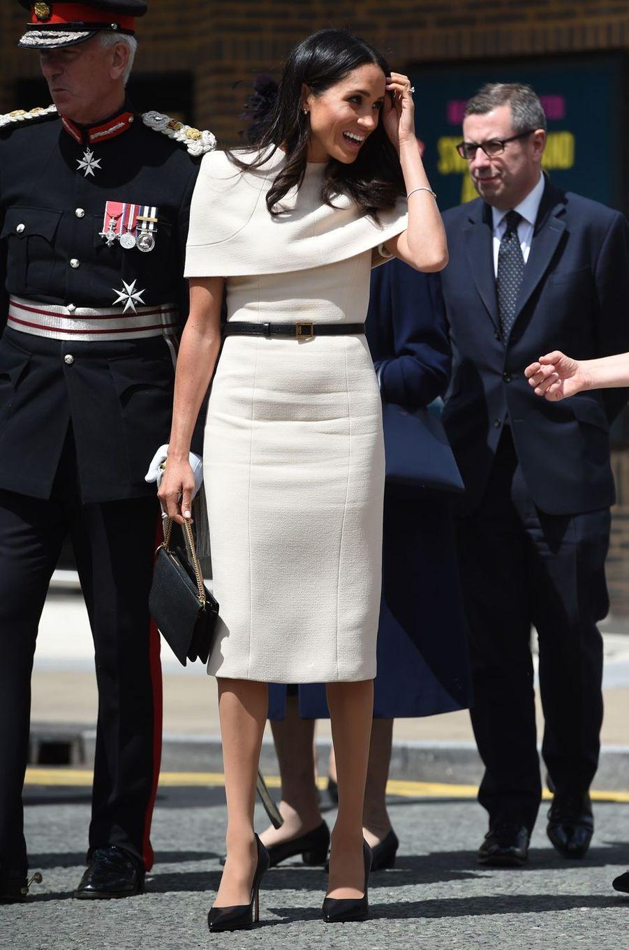 Meghan Markle, dans une robe Givenchy, dans le Cheshire le 14 juin 2018